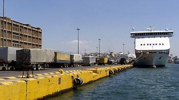 Πρόσκρουση φορτηγών πλοίων στο αγκυροβόλιο του Πειραιά