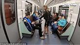 Ρωσίδα φοιτήτρια πετάει χλωρίνη στους άνδρες που κάθονται με ανοιχτά τα πόδια