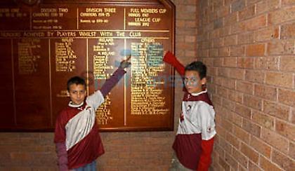 11 χρόνια πριν: Είστε σίγουροι πως γνωρίζετε τους δύο ποδοσφαιριστές της φωτογραφίας;