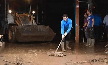 Μαζεύει τα νερά από τις πλημμύρες στη Μαγιόρκα ο Ναδάλ (pics)