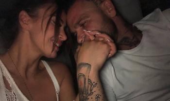 Ποιος γνωστός Έλληνας «ανέβασε» στο instagram γυμνόστηθη φωτογραφία της συντρόφου του