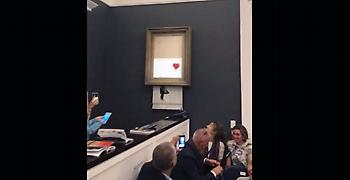«Η αγάπη στον σκουπιδοντενεκέ» ονομάζεται πλέον το κομμένο έργο του Banksy