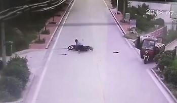 Μοτοσικλετιστής γλιτώνει από σύγκρουση, αλλά κάνει… θέατρο πως τραυματίστηκε (vid)
