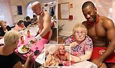 Γηροκομείο προσέλαβε μπάτλερ που σερβίρουν γυμνοί πρωινό σε ηλικιωμένες!