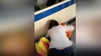 Κοριτσάκι εγκλωβίστηκε μεταξύ συρμού και αποβάθρας