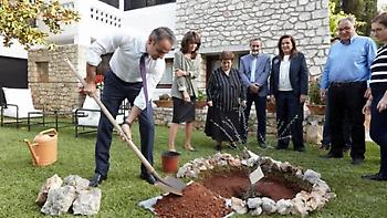 Χανιά: Γιατί φύτεψαν μια αμπελιτσιά στη μνήμη του Κωνσταντίνου Μητσοτάκη