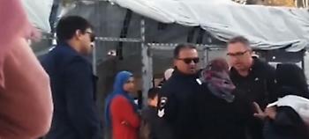 «Άι γ@@@@, σκατόγρια! Φύγε σαύρα» - Χυδαία επίθεση αστυνομικών σε ηλικιωμένη πρόσφυγα (vid)