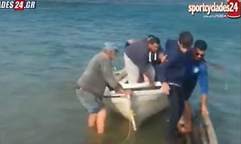 Ομάδα πήγε με βάρκες στο γήπεδο σε αγώνα τοπικού (video)