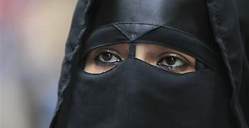 Η απαγόρευση του νικάμπ στη Γαλλία «παραβιάζει τα ανθρώπινα δικαιώματα»