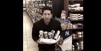 Ο πραγματικός Ρος από τα «Φιλαράκια» τρολάρει την αστυνομία και… αρνείται ότι έκλεψε τις μπύρες