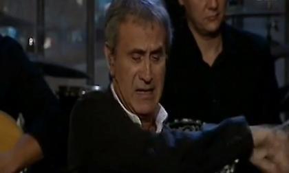 «Λύγισε» ο Νταλάρας - Τα δάκρυα για τον Μάνο Ελευθερίου και το «χαστούκι» στο μικρόφωνο (video)