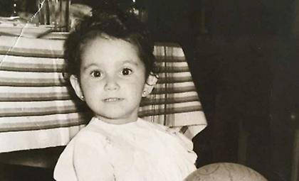 Ποια πασίγνωστη τραγουδίστρια είναι το κοριτσάκι της φωτογραφίας; (pic)