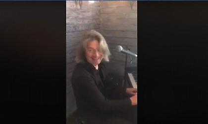 Παίζοντας στο πιάνο τον ύμνο της ΑΕΚ υποδέχτηκε η Μπάγερν τη διοίκηση της Ένωσης (video)