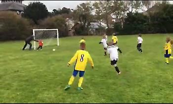 Απίστευτη φάση: Πατέρας έσπρωξε το γιο του για να μη φάει γκολ!