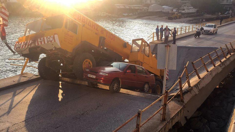 Φωτογραφίες: Έπεσε τμήμα γέφυρας στο κέντρο της Καβάλας