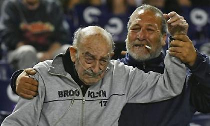 Παππούς αιώνια… πιστός στην ομάδα του!