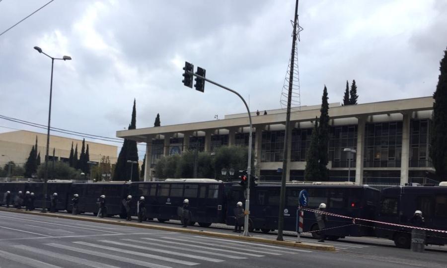 Κλούβες των ΜΑΤ έχουν περικυκλώσει την αμερικανική πρεσβεία