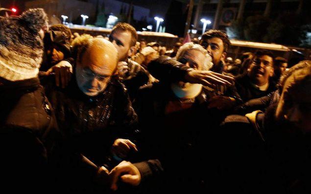 Προπηλάκισαν στελέχη του ΣΥΡΙΖΑ έξω από την πρεσβεία των ΗΠΑ-Ανάμεσά τους Παππάς, Σκουρλέτης, Βίτσας