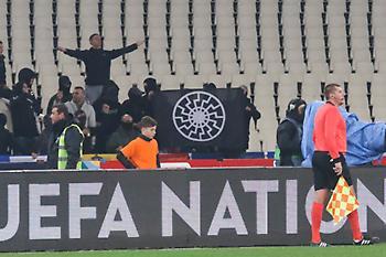 Εικόνες ντροπής στο ΟΑΚΑ με ναζιστικούς χαιρετισμούς και σημαία του «Μαύρου Ήλιου»