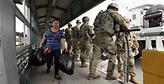 «Στρατοκρατούμενα» τα σύνορα των ΗΠΑ με το Μεξικό λόγω των μεταναστών