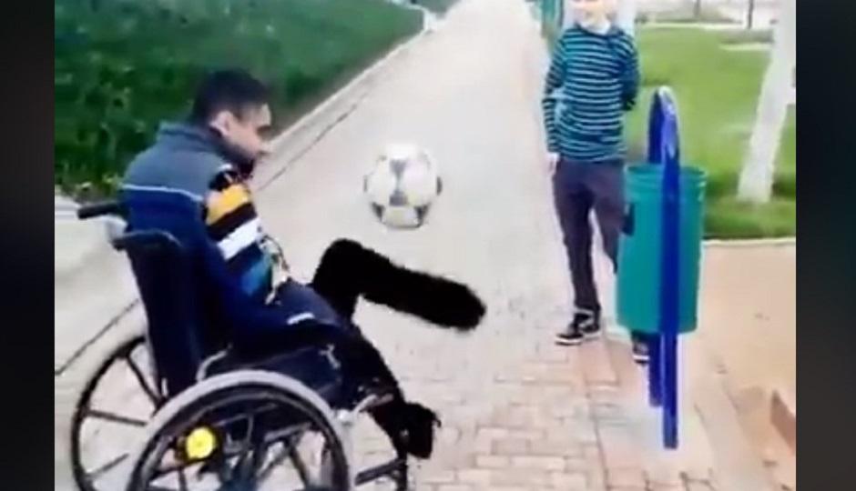 Άνθρωπος σε αναπηρικό καροτσάκι κάνει «γκελάκια» με την μπάλα