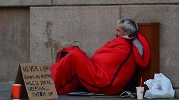 Απολύθηκε ο Βρετανός αστυνομικός που άφησε Έλληνα άστεγο να πεθάνει από το κρύο έξω από το τμήμα