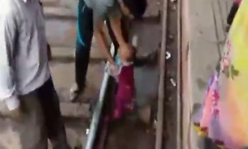 Viral: Τρένο πέρασε πάνω από μωρό, το οποίο βγήκε χωρίς… γρατζουνιά (vid)