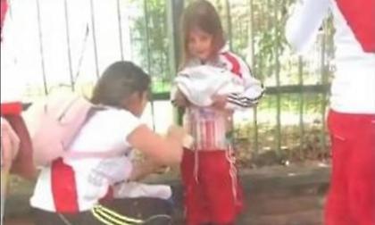 Βίντεο-ντροπή: Έζωσαν κοριτσάκι με φωτοβολίδες για να τις περάσει στο γήπεδο!
