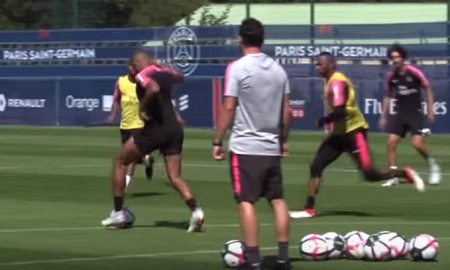 Απίστευτο: Πέρασε την μπάλα κάτω από τα πόδια δύο παικτών με μία κίνηση (vid)
