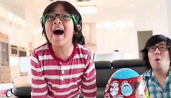 Ο νεότερος Youtuber είναι 7 ετών και κερδίζει 22.000.000 δολάρια το χρόνο