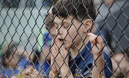 Ίσως η φωτογραφία της χρονιάς: Πιτσιρικάς προσεύχεται να γυρίσει η Μπόκα με την κούπα