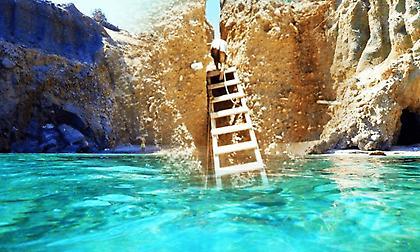 Σκοινί και μια τρεμάμενη σκάλα:Θα ρίσκαρες τη ζωή σου για να πας στην ωραιότερη παραλία της Ελλάδας;