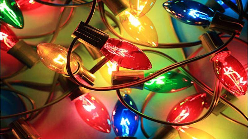 Χριστουγεννιάτικα λαμπάκια και ρεύμα: Πόσο «φουσκώνουν» τον λογαριασμό του ηλεκτρικού