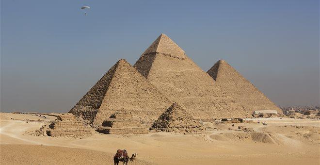 Σάλος για βίντεο με γυμνό ζευγάρι που σκαρφαλώνει στην Πυραμίδα του Χέοπα