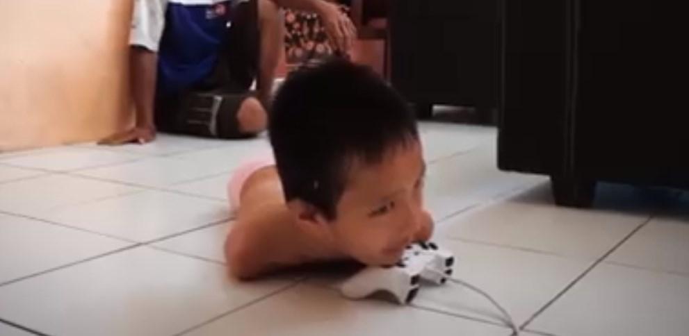 Viral: Γεννήθηκε χωρίς χέρια και πόδια, αλλά παίζει Play Station, γράφει και είναι άριστος σε όλα