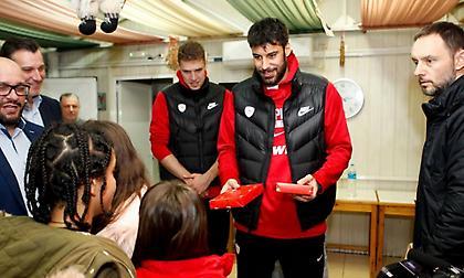 Μοίρασε δώρα στο Χατζηκυριάκειο η ΚΑΕ Ολυμπιακός (video)
