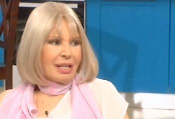 Ρίκα Διαλυνά: Η εντυπωσιακή της εμφάνιση με μίνι στα 87 της χρόνια (pic)
