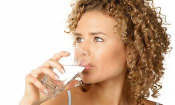 Δες τι μπορείς να πάθεις αν πίνεις νερό μετά το φαγητό