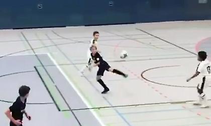 Τρομερό γκολ από πιτσιρικά σε ποδόσφαιρο σάλας (video)