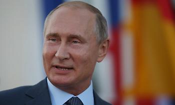 Το ημερολόγιο με τον Πούτιν γυμνόστηθο να πέφτει στην παγωμένη λίμνη