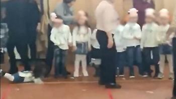 Πολύ ξύλο: Μητέρες πλακώθηκαν σε παιδική γιορτή για την καλύτερη θέση! (vid)