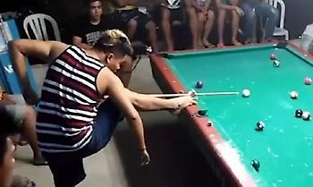 Μπιλιάρδο με το πόδι: Αυτό το άτομο βολεύεται να παίζει έτσι και εντυπωσιάζει (vid)