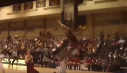 Σοκαριστική σύγκρουση παίκτη λυκείου με το κεφάλι στο ταμπλό (video)