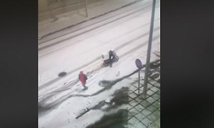 Ντελιβεράς προσπαθεί εν μέσω χιονοθύελλας να παραδώσει παραγγελία