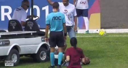 Τραυματιοφορείς πάτησαν με το αμαξίδιο το πόδι ποδοσφαιριστή (vid)