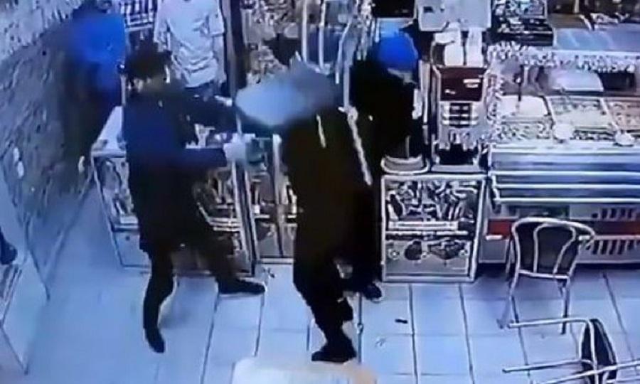 Τα έβαλαν με λάθος άνθρωπο: «Ξάπλωσε» 3 άτομα γιατί τον κορόιδευαν για την τσάντα του (vid)
