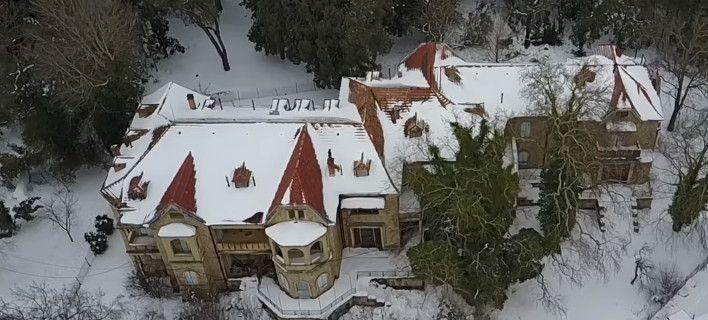 Το Τατόι, όπως δεν το έχετε ξαναδεί: Χιονισμένο, από ψηλά, σαν μυστηριώδες κάστρο (video)