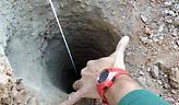 Πάνω από 100 άνθρωποι προσπαθούν να βρουν ένα 2χρονο αγοράκι που έπεσε σε τρύπα βάθους 100 μέτρων
