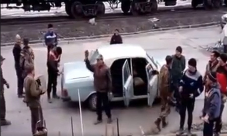 Από αυτό το αυτοκίνητο βγήκαν 17 άνθρωποι - Δείτε πως χώρεσαν (video)