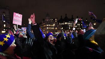 Brexit: Πανηγυρισμοί έξω από τη Βουλή των Κοινοτήτων στο άκουσμα της απόφασης (video)